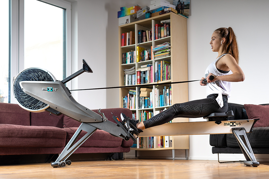 Frau trainiert mit dem Maxxus Rudergerät 10.0