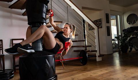 Frau trainiert am Standboxtrainer