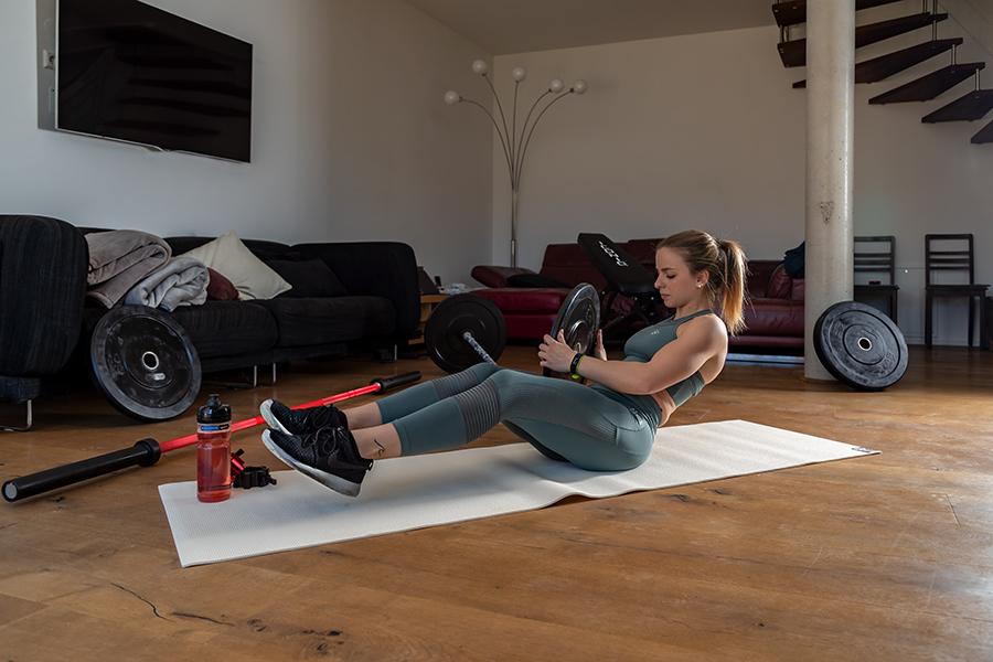Bauchmuskeltraining: Russian Twist mit zusätzlichem Gewicht (Hantelscheibe)